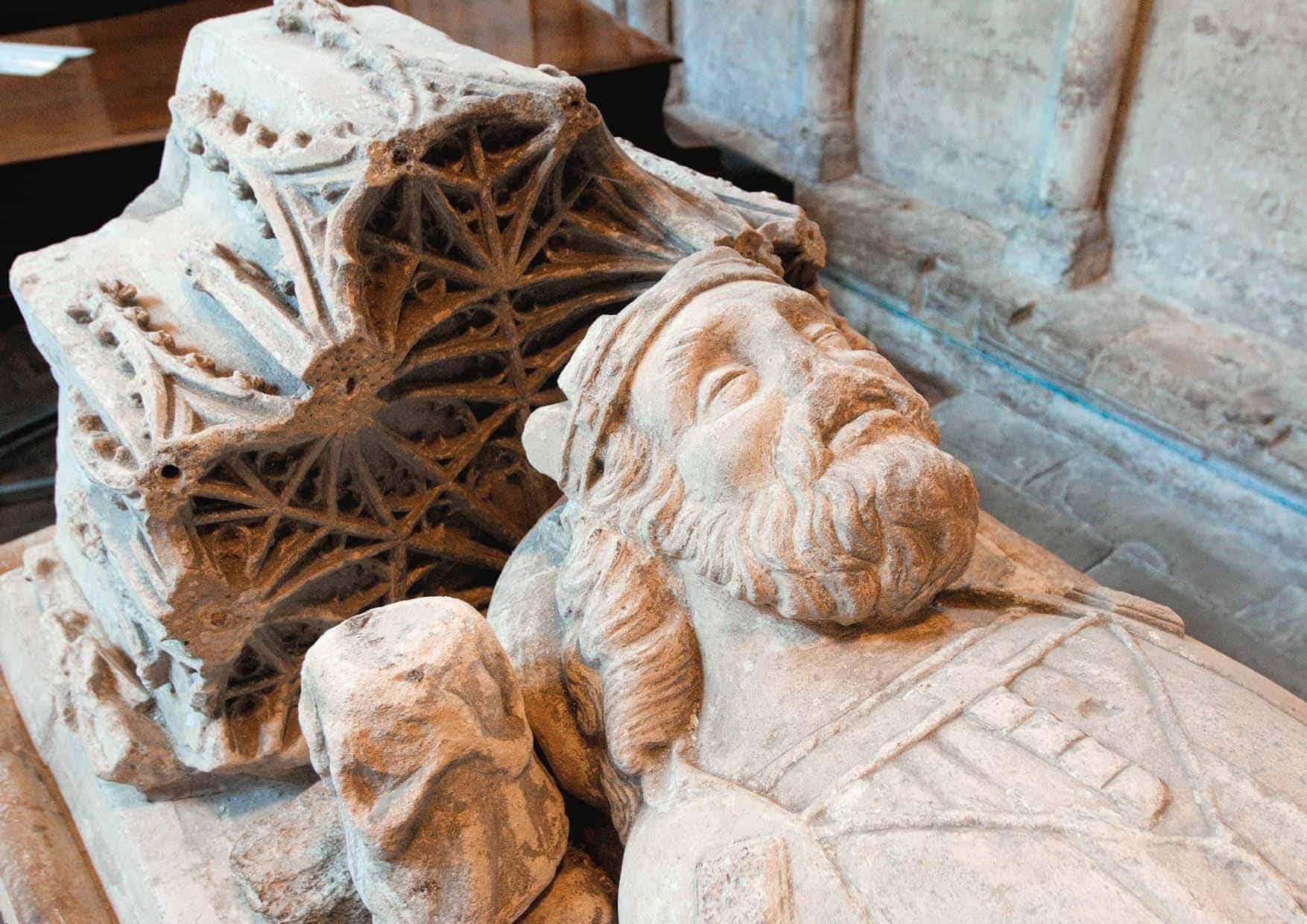 Denne skulpturen av Æthelstan, i Malmesbury Abbey, ligger oppå en tom grav. Selv om den engelske kongen ble gravlagt i klosteret i 941, gikk beinrestene hans tapt under reformasjonen. Skulpturen er fra 1400-tallet.